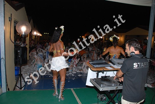schiuma party con ballerine e dj